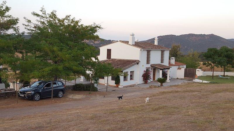 Casa Rural de acceso fácil con carretera asfaltada, vacation rental in Arroyomolinos de Leon