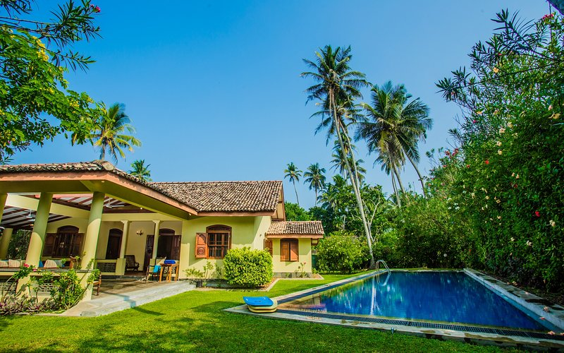 The Chalet -2 bedroom exclusive villa with private pool - 2 minutes to beach., vacation rental in Koggala