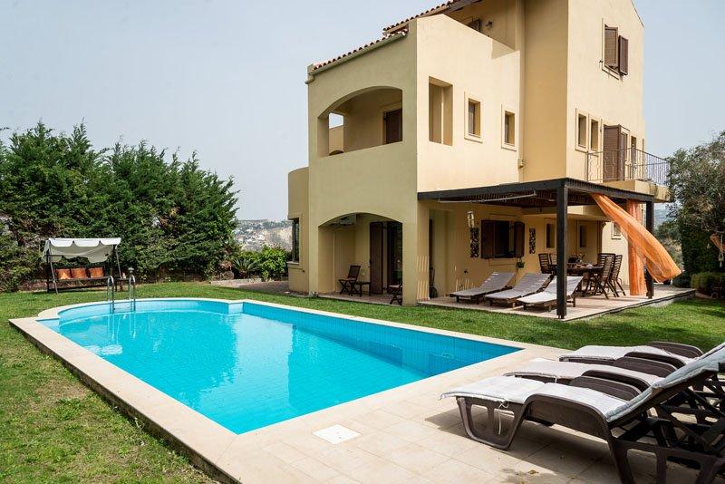 Phoenix, villa familiale, piscine privée, spacieuse,environnement calme, holiday rental in Nea Alikarnassos