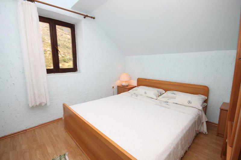 Ivan Dolac Apartment Sleeps 4 with Air Con - 5468819, location de vacances à Vrisnik