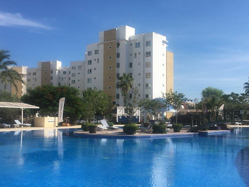 Spacious 8th floor apartment in 5* star resort, holiday rental in Trikomo