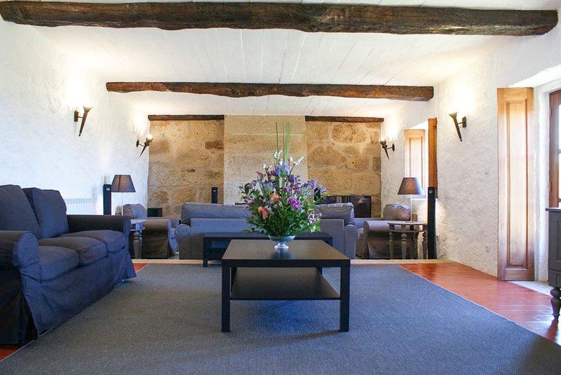 Calheiros Villa Sleeps 10 with Pool - 5744840, location de vacances à Paredes de Coura