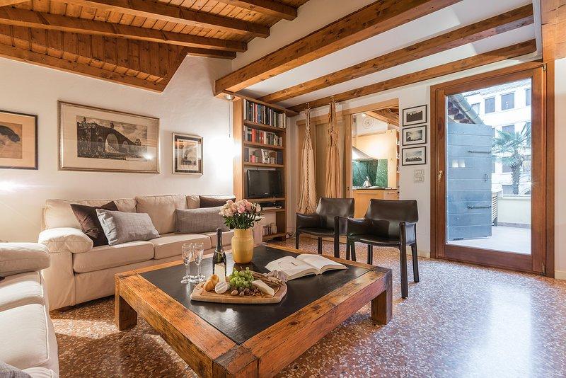 l'accogliente soggiorno dell'appartamento della Biennale nel quartiere di San Marco, a Venezia