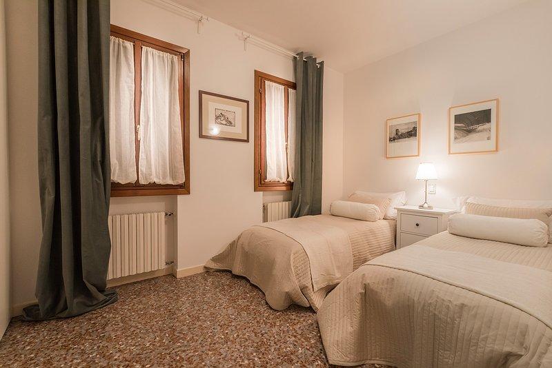 seconda camera da letto, può essere preparata come doppia o matrimoniale, su richiesta