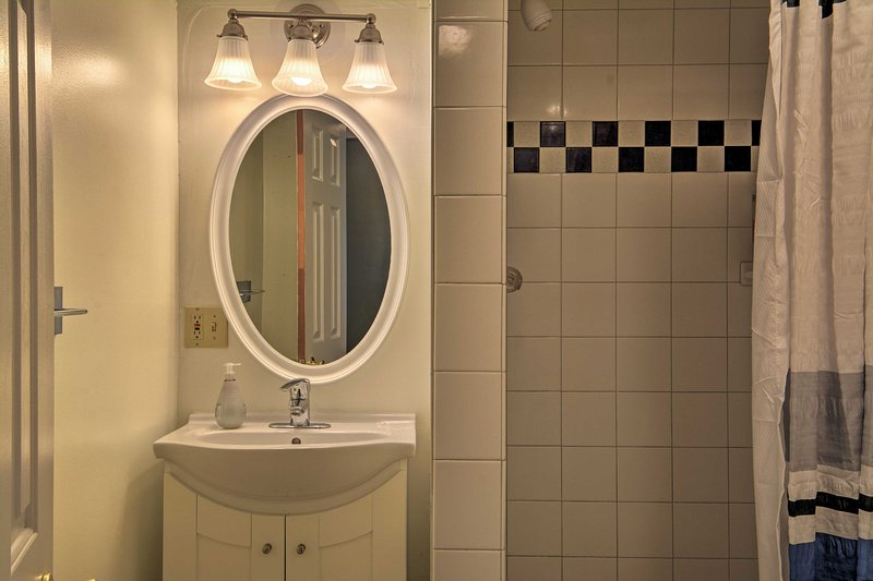 Este elegante baño es un completo.