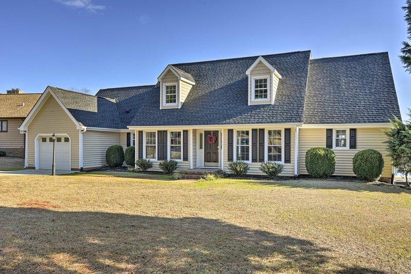 Carolina Lakes Family Home w/ Pool, Kayaks & Dock!, holiday rental in Mamers