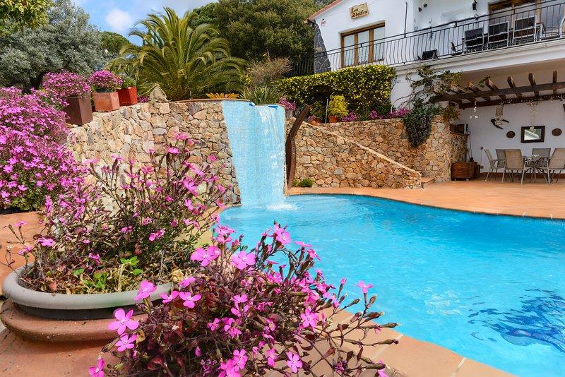 Fantastic pool, garden and great views, casa vacanza a Breda