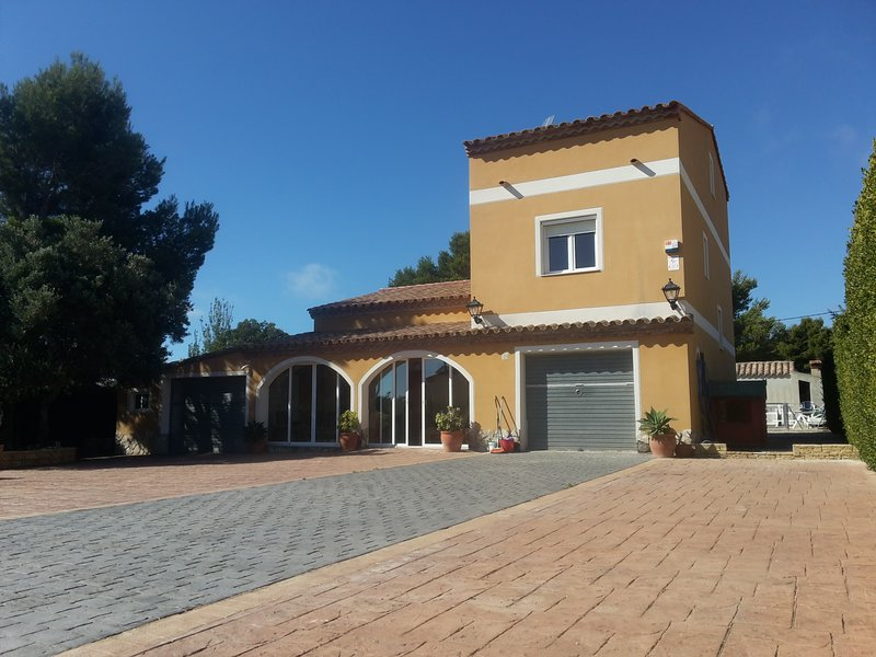 VILLA DE LUJO. PARQUE INFANTIL, PISCINA, CLIMA,TV SAT,BARBACOA, PRIVADO., holiday rental in L'Ametlla de Mar