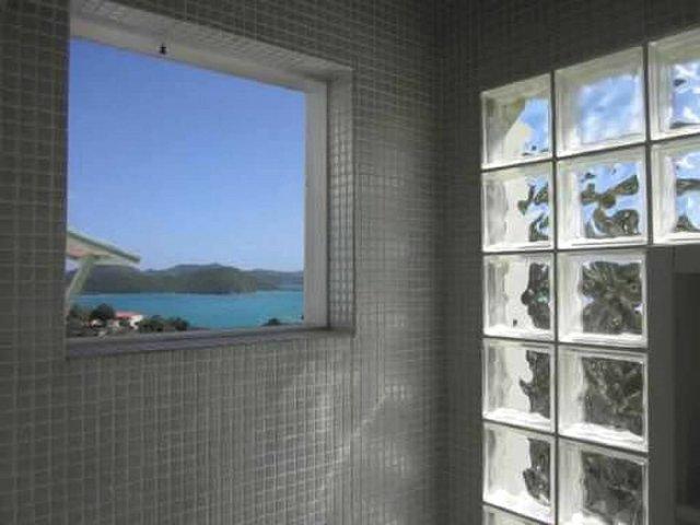 Douche met een mooi raam uitzicht