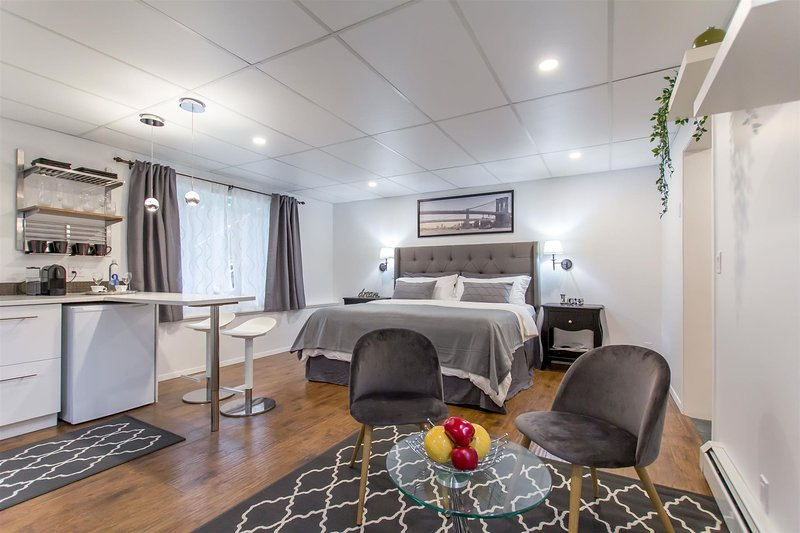 Modern King Size Guest Suite, vacation rental in Burnaby