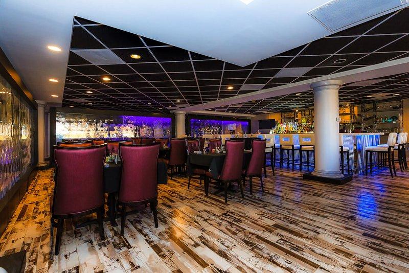 A una corta distancia a pie del Royal Catch Bar and Grill, con excelente comida, bebidas y hora feliz.