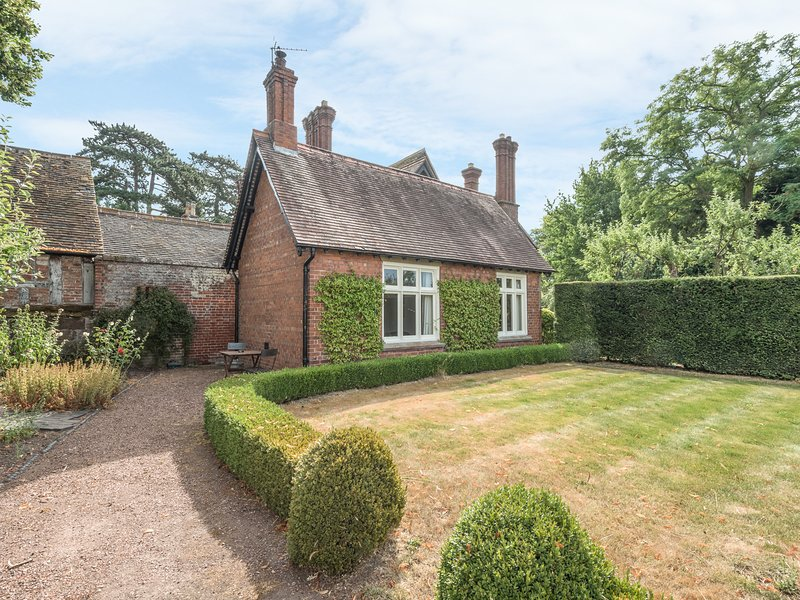 HOUSEKEEPER'S COTTAGE, character romantic accommodation, woodburner, private, holiday rental in Edgmond