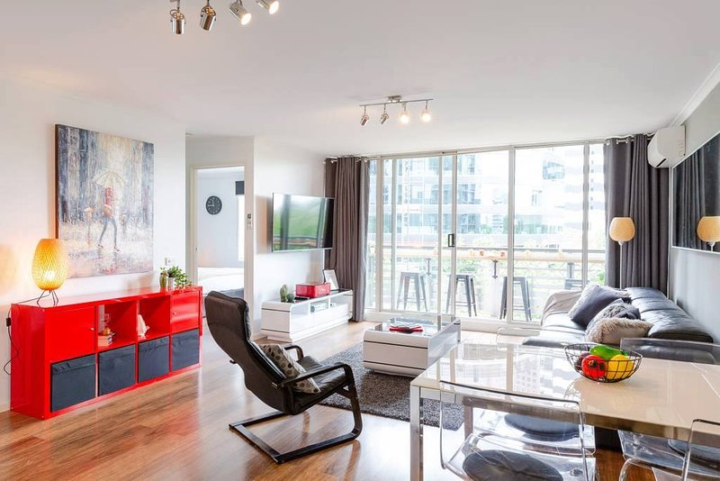 Large Stylish Apartment with a Balcony Bar & All Amenities, holiday rental in Melbourne