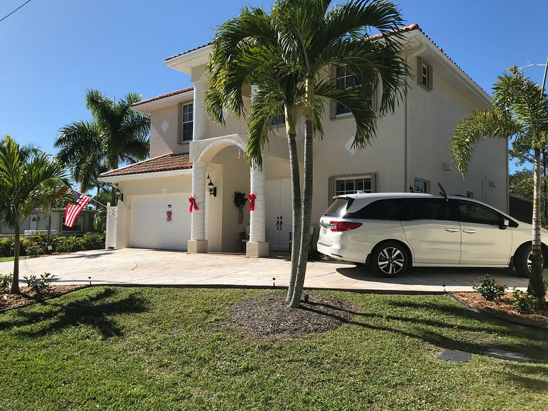 3 mi to 5th & Naples Beach |  Waterfront, 3400 sqf, quite location, holiday rental in Keewaydin Island
