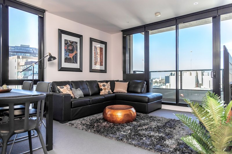 Stunning Views★Netflix★Parking★Pool★Free WiFi, holiday rental in Melbourne