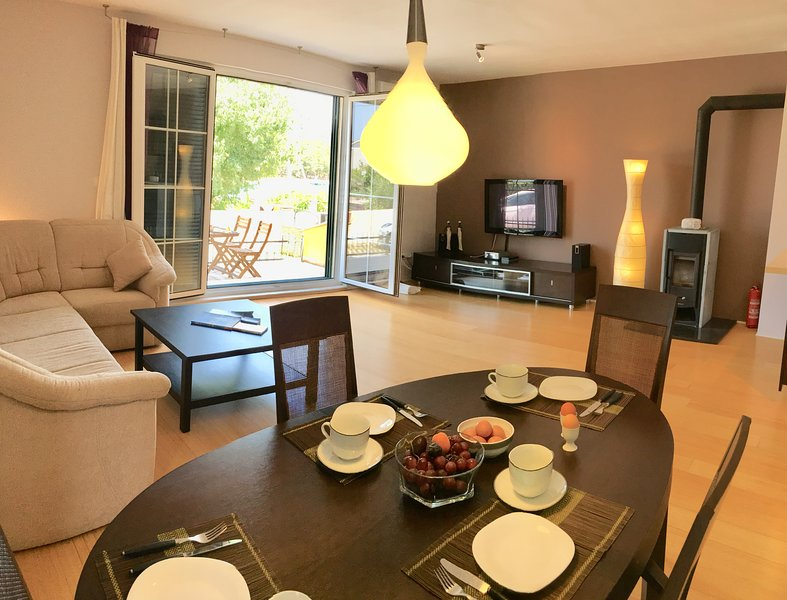 Tastefully Furnished Ground floor Apt with Terrace, in Quiet Area, 400m to Beach, location de vacances à Stari Grad