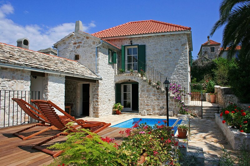 Villa Margot Wonderfully renovated rustic stone villa minutes from a beach, vacation rental in Supetar
