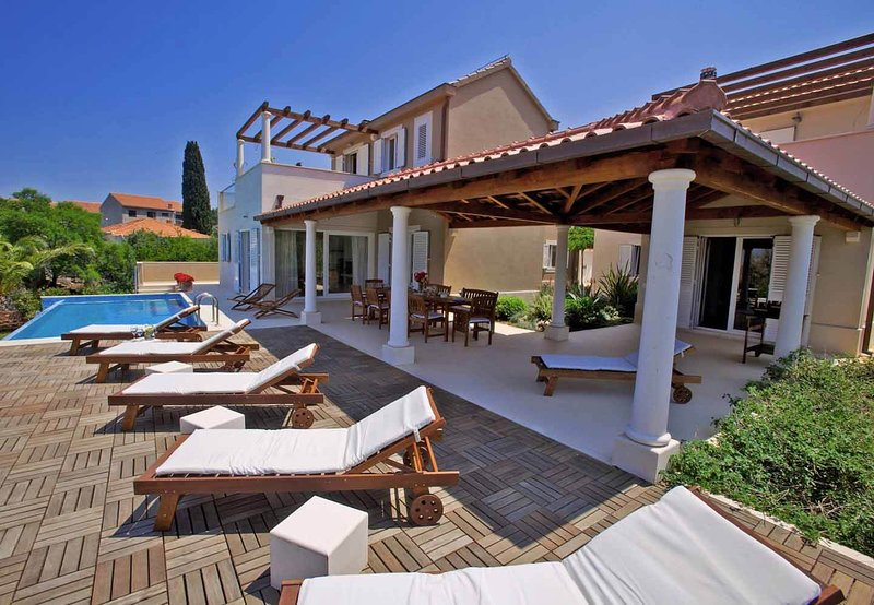 VILLA GALA Luxury beachfront villa with infinity pool with direct beach access, vacation rental in Supetar