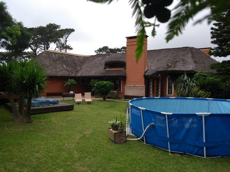 Amplia propiedad, arbolada con jardin, ideal reunion familia, grupo afinidad., holiday rental in Punta del Este
