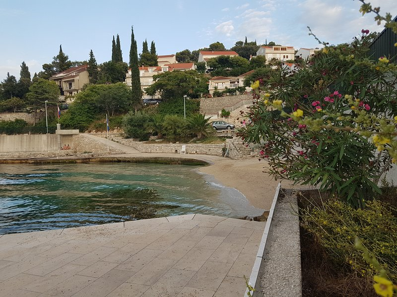 Spiaggia e pontile proprio fuori dalla villa
