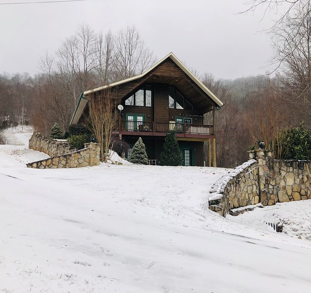 View From Up Here! Spacious Cabin - Hot Tub, 2 Fireplaces, Pool Table – semesterbostad i North Carolina Mountains