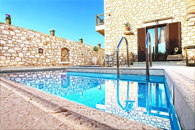 NEW VILLA NEAR THE SEA, PRIVATE POOL WITH JACUZZI, PRIVATE PARKING, NICE VIEWS, alquiler vacacional en Achlades