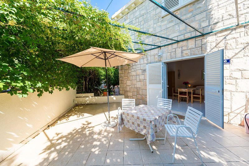 Villa Nona Studio - 3 pax, 35 sqm, big terrace, vacation rental in Cavtat