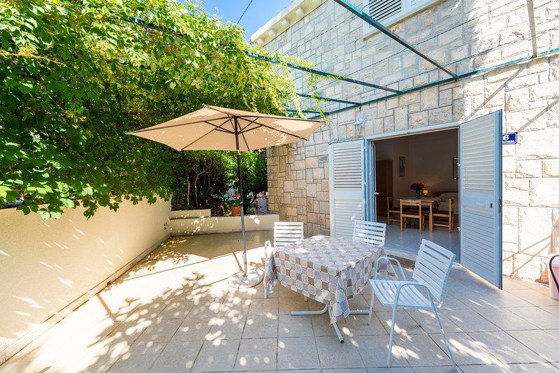Villa Nona Studio - 3 pax, 35 sqm, big terrace, holiday rental in Cavtat