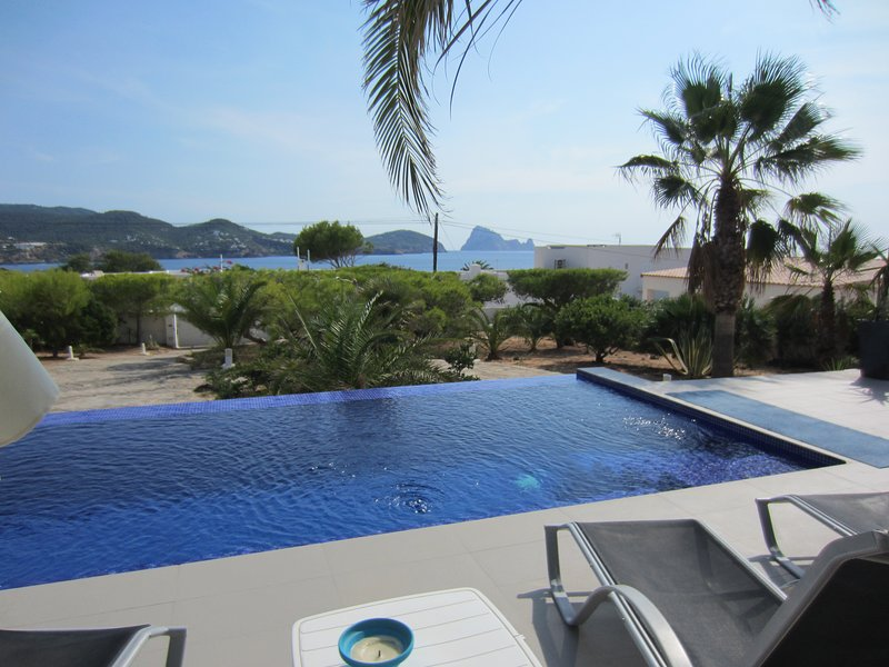 Moderna casa con piscina y fantásticas vistas al mar y la isla de Es Vedra, holiday rental in Sant Josep de Sa Talaia