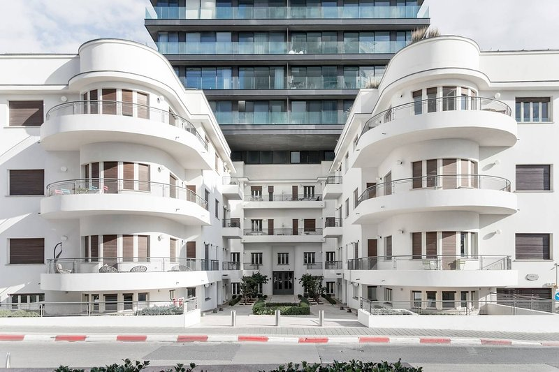 Walk to the Beach from a Striking Flat in a Bauhaus Building, alquiler de vacaciones en Jaffa