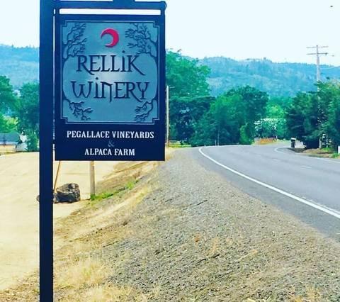Suite Raven alla Rellik House. Azienda vinicola e fattoria Alpaca