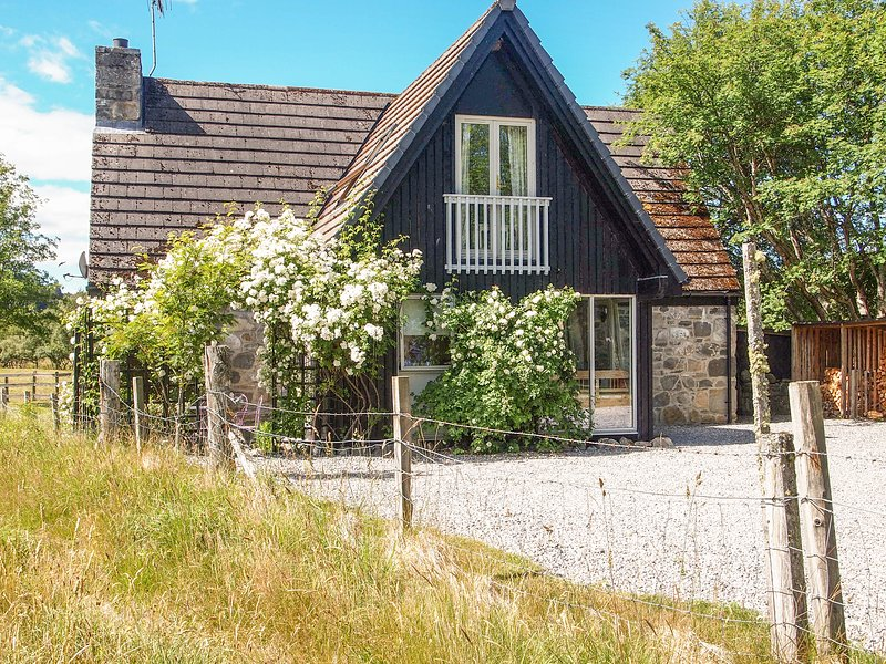 INSHCRAIG, family friendly, country holiday cottage, with a garden in Kincraig, holiday rental in Kincraig