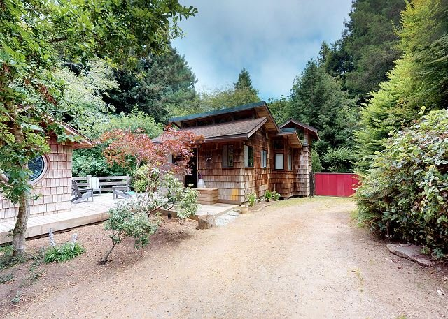 Rocky Creek Cabin~New Lower Price~ Wooded retreat complete w/ custom sauna!, vacation rental in Arcata