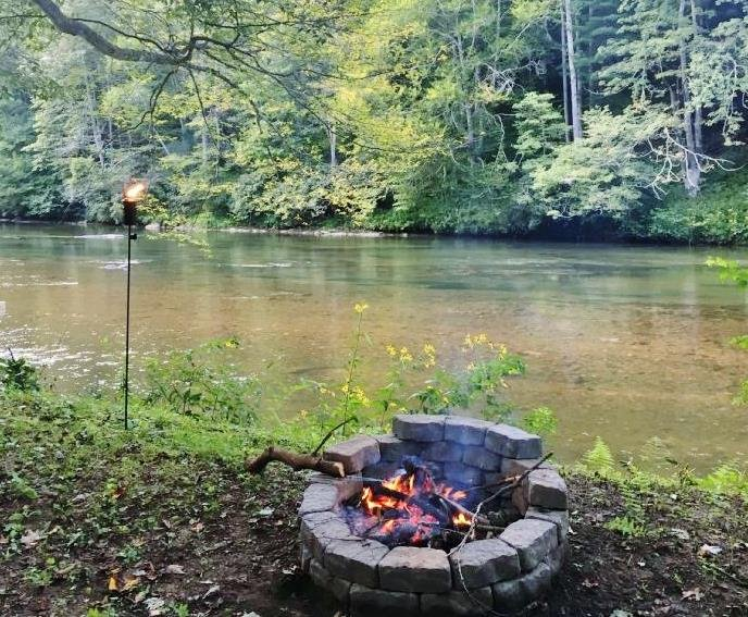 New River Haven-Riverfront, Dog Friendly, Fire Pit, WiFi, River Tubes, Smart TV', holiday rental in West Jefferson