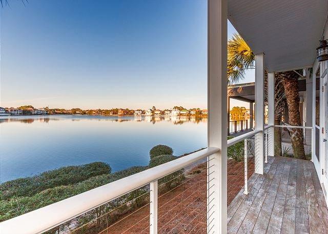 Steps to the Beach! Lake-View 2-Unit Villa w/ Pool & Abundant Outdoor Space, alquiler de vacaciones en Destin