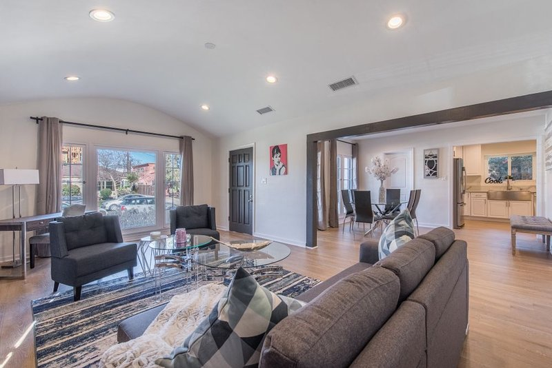 Luxurious Studio City Home, alquiler de vacaciones en West Hollywood