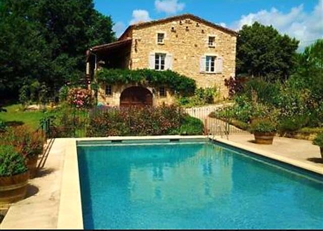 Grand Vue Vert - 2 bedroom Gite with heated pool on edge of medieval village, holiday rental in Puy-l'Eveque