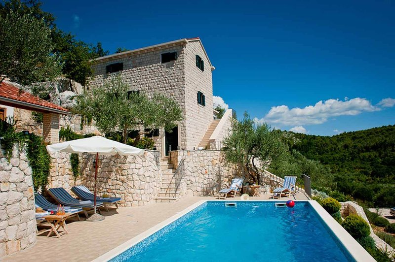 Villa Estella, Stunning sea views with large pool and tennis court, casa vacanza a Opuzen