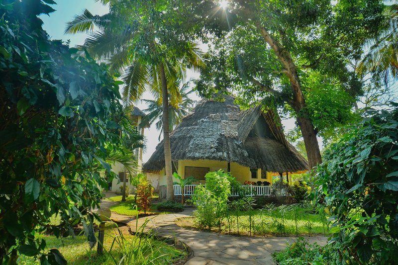 Upani Diani Cottage, 300m from clear sandy beaches, holiday rental in Msambweni