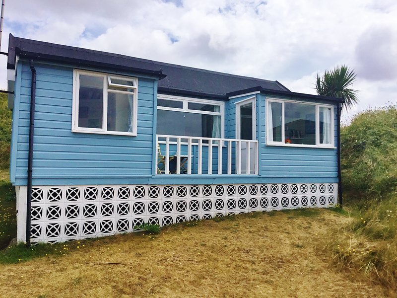 A 1940's traditional wooden beach chalet., alquiler vacacional en Hayle