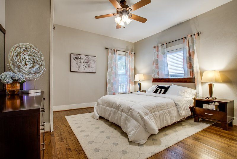 Exquisite Retreat w/ Prime Location- 3 BDRM- Luxe Beds- Bishop Arts/Mkt Cntr/Dtn, holiday rental in Dallas