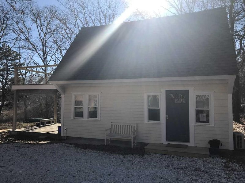 TASTEFULLY REMODELED COTTAGE on Water 140564, holiday rental in Falmouth