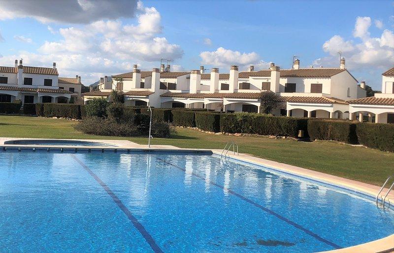 House in front of the beach with swimming pool, aluguéis de temporada em L'Estartit