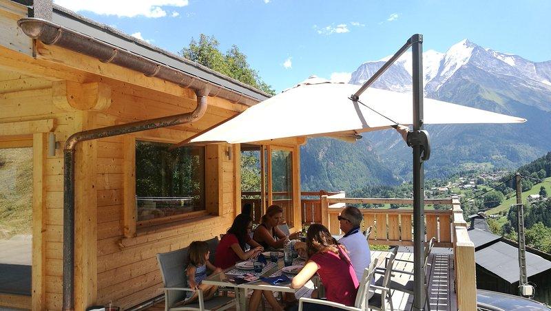 Spacious chalet with terrace & Wifi, aluguéis de temporada em Saint-Nicolas-de-Veroce
