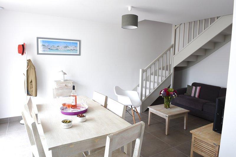 Villa 2 chambres avec cour au centre de La Flotte, holiday rental in La Flotte