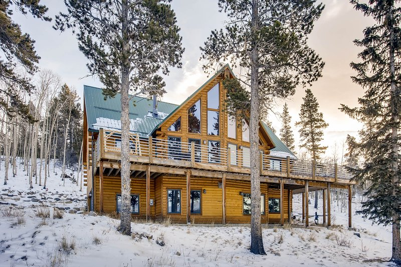 Glacier Ridge is a magnificent 4 bedroom/6 Bath home located on a huge private acreage with Continental Divide views, hot tub, Pool table, and more!