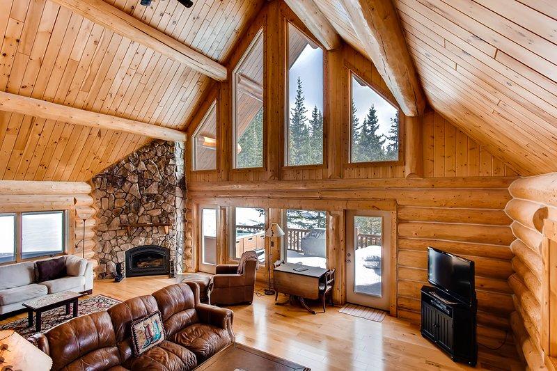 C'est une vraie maison en rondins avec des rondins exposés, des plafonds voûtés et des vues à deux étages.