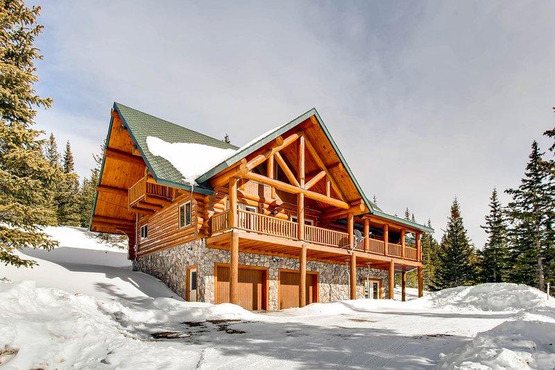 Shangri-La est une maison de luxe entièrement équipée en rondins située à seulement 24 km de la station de ski de Breckenridge et à quelques minutes de marche du réservoir Montgomery et des chutes de Lincoln.