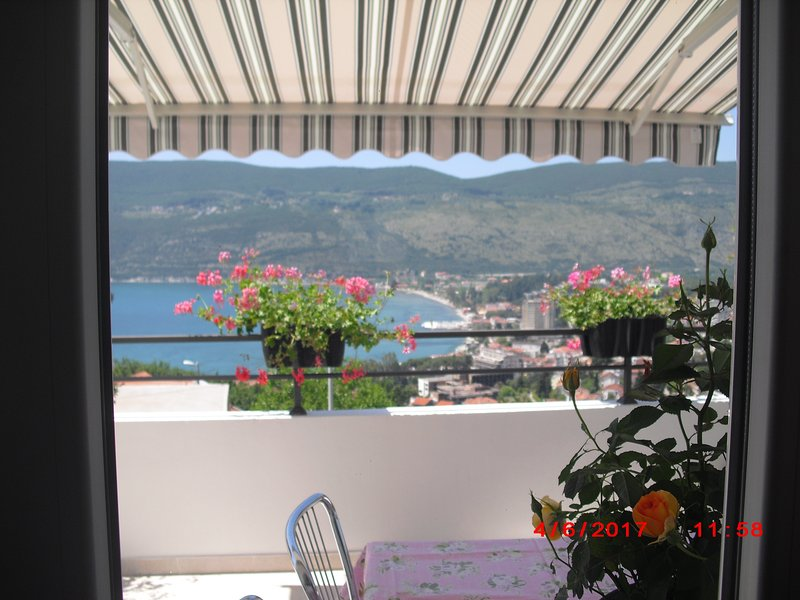 I ett privat hus hyrs ut en  3-a på 71m2 + tillhör 160m2 terrass med havsutsikt, holiday rental in Herceg-Novi