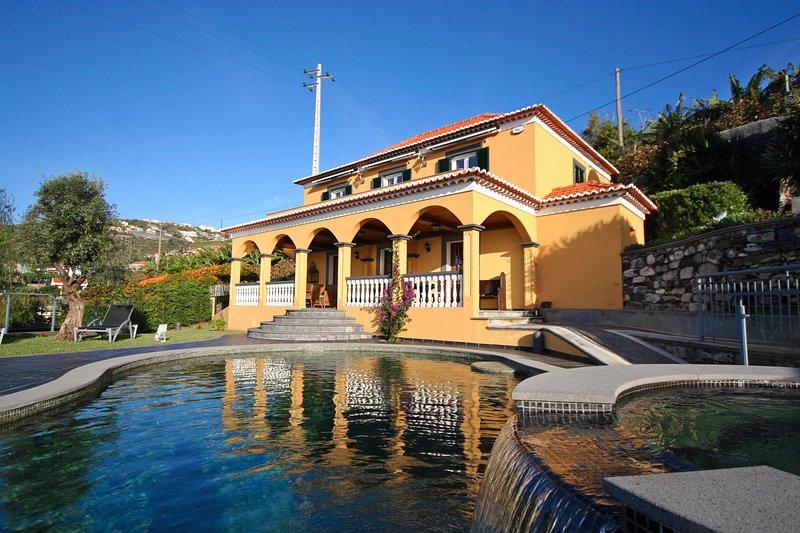 Lovingly restored old villa, heated pool, garden, sea views | Quinta Girassol, Ferienwohnung in Canhal